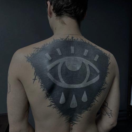 Tatuaż na plecach - oko