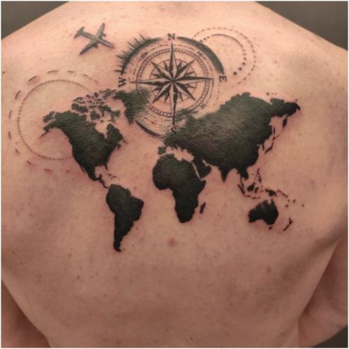 Tatuaż na plecach - mapa świata