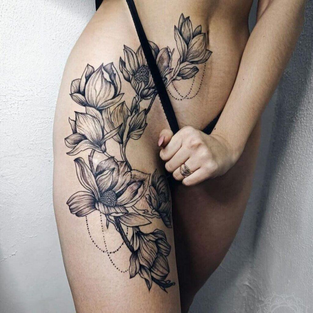Tatuaż kwiat lotosu na udzie i brzuchu