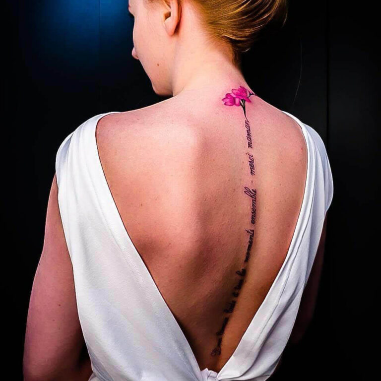 damski tatuaż na plecach napisy