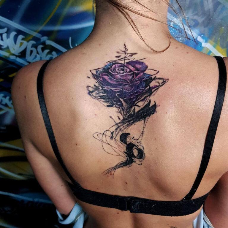 damski tatuaż na plecach róża