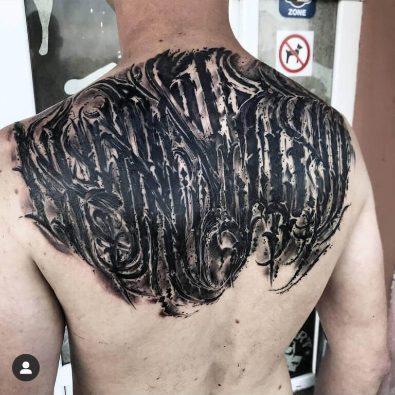 męski tatuaż na plecach