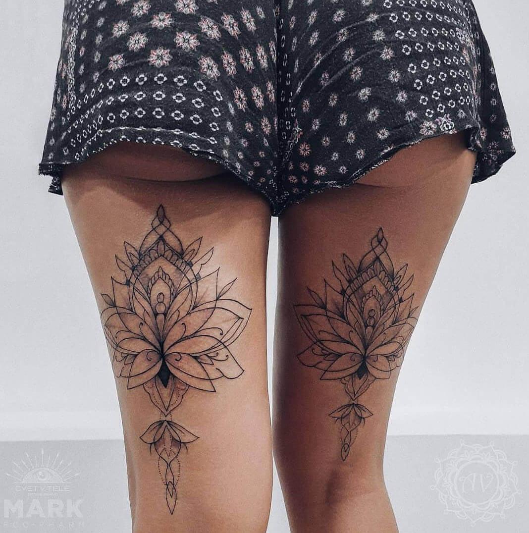 Tatuaż kwiat lotosu na udach