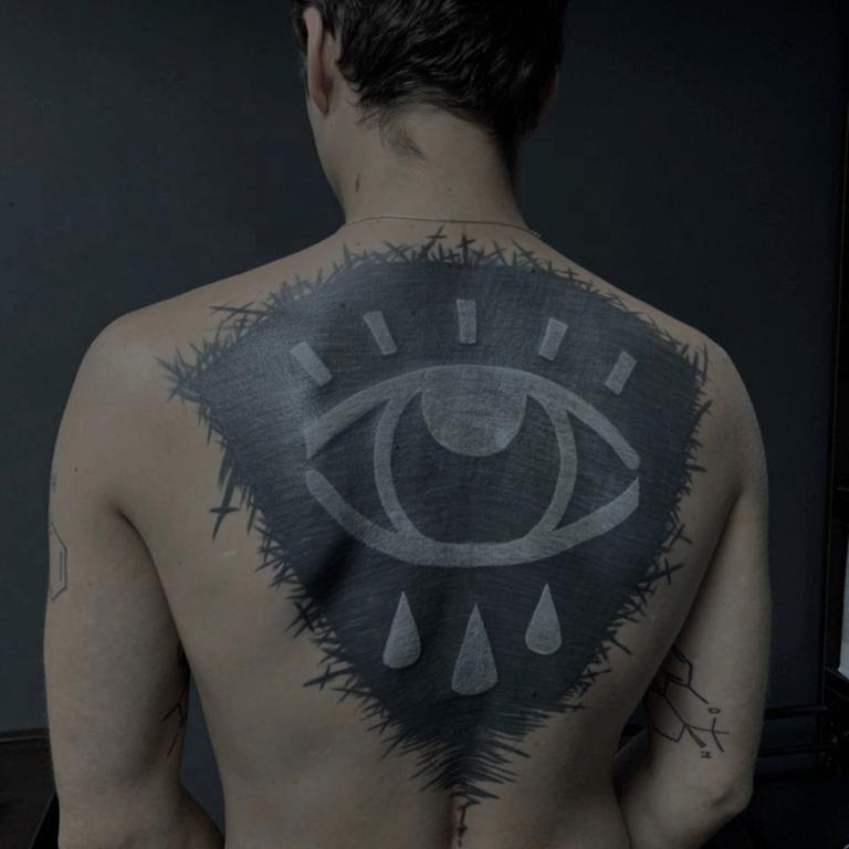 tatuaż na plecach mapa duże oko