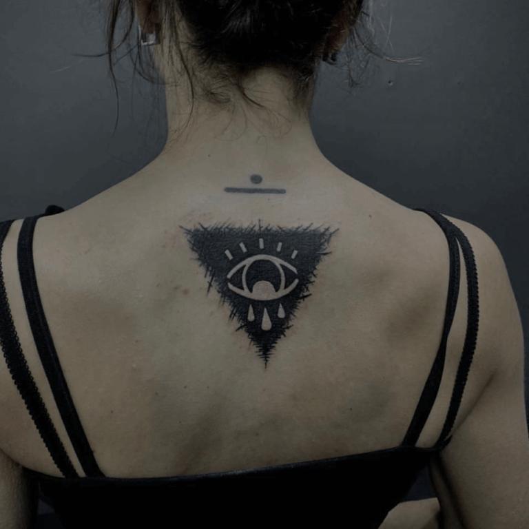 tatuaż na plecach mapa oko