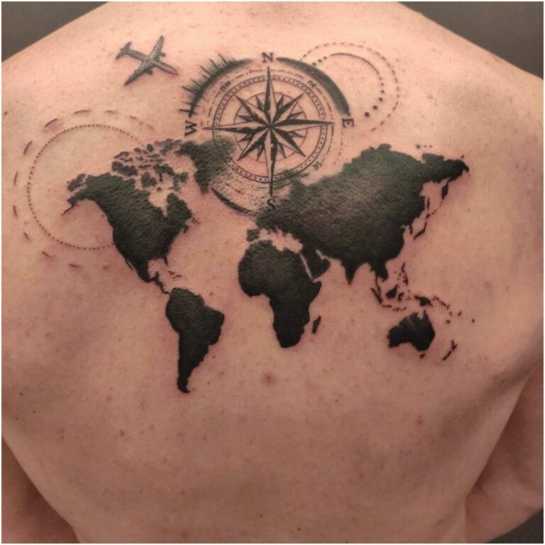 tatuaż na plecach mapa świata